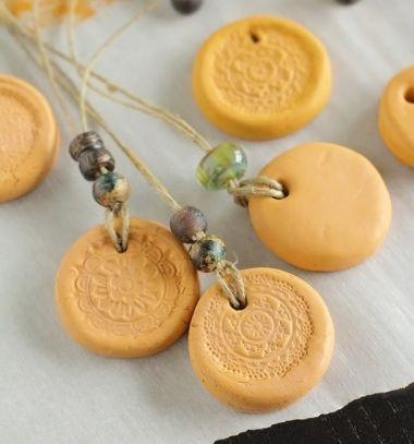 Essential oil diffuser necklaces with air drying clay // Illóolaj párologtató nyakláncok levegőn száradó agyaggal // Mindy - craft tutorial collection