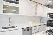 Estudio perimetro cocina muebles enchapados formica blanca muros ceramicas ice mate vitrinas vidridadas elevadoras cubierta cuarzo