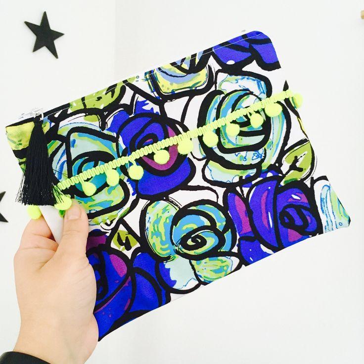 Trousse motif roses wax africain,bleu,vert et violet,pompon jaune fluo,intérieur vague ,idée cadeau : Trousses par miss-so-chic