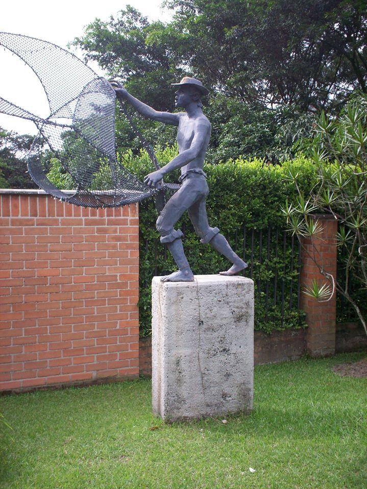 El Pescador. obra de Justo Arosemena. Edificio Palmar de la Concha cra. 30 #10-59 Medellin