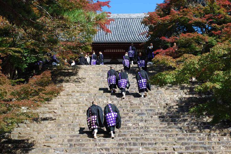 京都  神護寺。石段を登る僧侶たち。