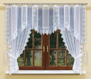 #Komplet_okienny Jeśli jesteś miłośnikiem delikatnego i urokliwego wystroju mieszkania, przedstawiony powyżej komplet okienny to produkt stworzony specjalnie dla Ciebie!  Komplet jest wykonany z lekkiego materiału, a na wykończeniach ma śliczny motyw owoców i liści.  Wysokość x Długość: firanka: 90x300 cm, zasłonki 170x145 cm kasandra.com.pl