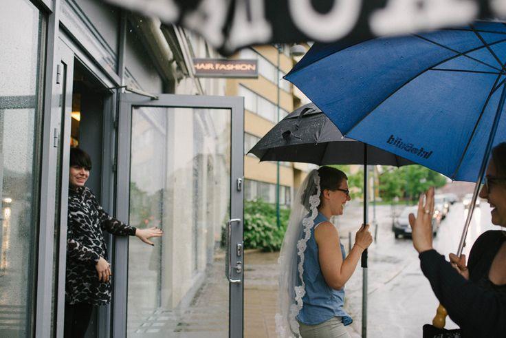 Rainy wedding day, if it rains on your wedding, don't stress out. These couples had the best wedding day despite rain. Julia Lillqvist | Emma and Joel | sommarbröllop Jakobstad | http://julialillqvist.com