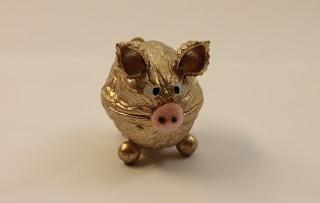 Walnuss-Schweinchen als Glücksbringer zu verschiedenen Anlässen.