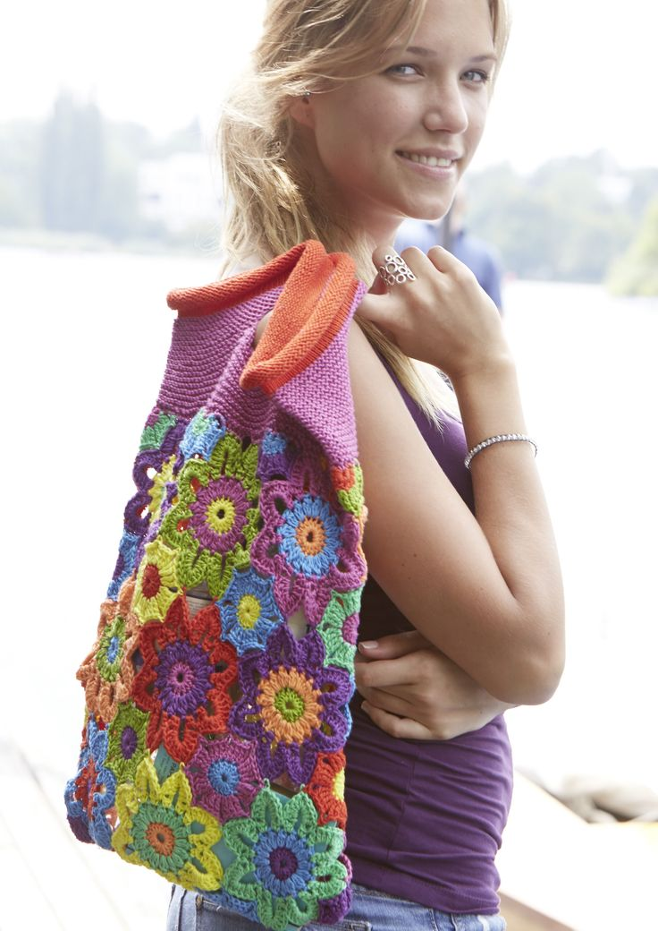#Kostenlose Anleitung – die Hippiezeit lässt grüßen mit dieser bunten #Blütentasche aus Schachenmayr #Catania. Wer damit auf Tour geht, bei dem is…