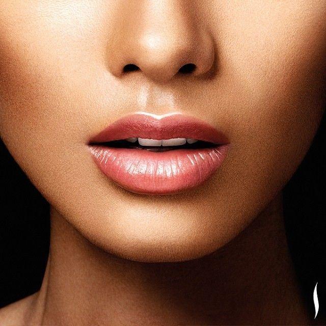 illuminante sulle labbra: Questo è uno di quei trucchetti che secondo più di tutti ci lasciano a bocca aperta quando guardiamo una foto. Non si fa quasi mai, però vi assicuro che fa davvero la differenza perché riesce a catalizzare tutta l'attenzione sulle labbra e persino a renderle (otticamente) più piene. Se si usano dei rossetti molto chiari, questo trucchetto dà un bell'effetto luminoso, scegliendo naturalmente un tono e la texture più giusti, senza esagerare con l'applicazione. Con un…