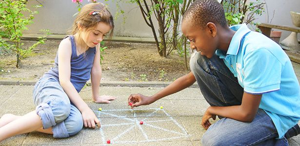 Mti - ein spannendes afrikanisches Spiel kennenlernen, das ihr mit einfachsten Mitteln praktisch überall spielen könnt? Heute präsentieren wir ''Mti'', ein tolles Spiel aus Afrika! (geeignet für 2 Spieler)