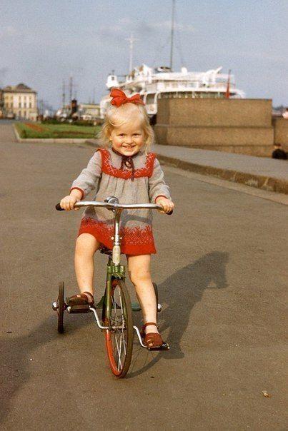 Малышка на велосипеде.