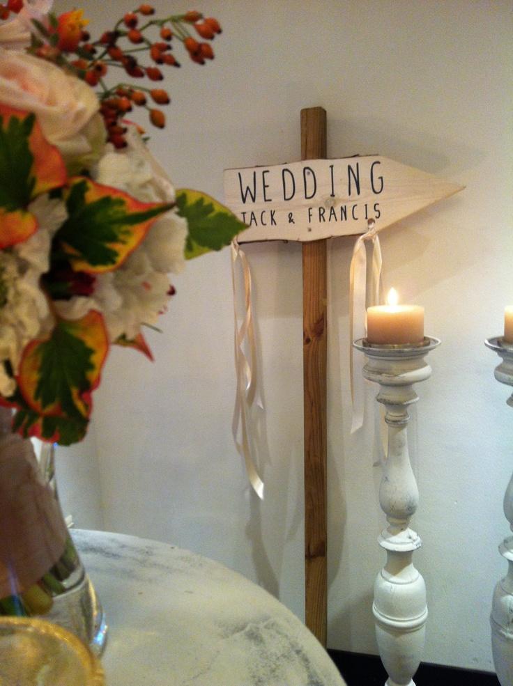 Wegwijsborden beletterd met de namen van het bruidspaar!