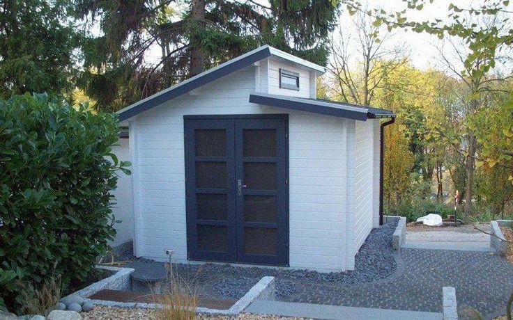 Der klare Anstrich des Modell Aktiva-40 und der gepflasterte Vorplatz verleihen dem Gartenhaus schicke Modernität.