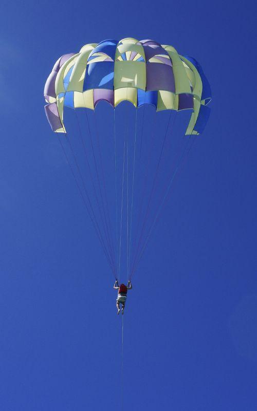 La Isla de las Ciervos, uno de los pequeños islotes cercanos a Isla Mauricio, ofrece multitud de opciones de ocio, sol y playa, deportes acuáticos... Más consejos en www.espressofiorentino.com #parasailing #ocean #indian #mauritius
