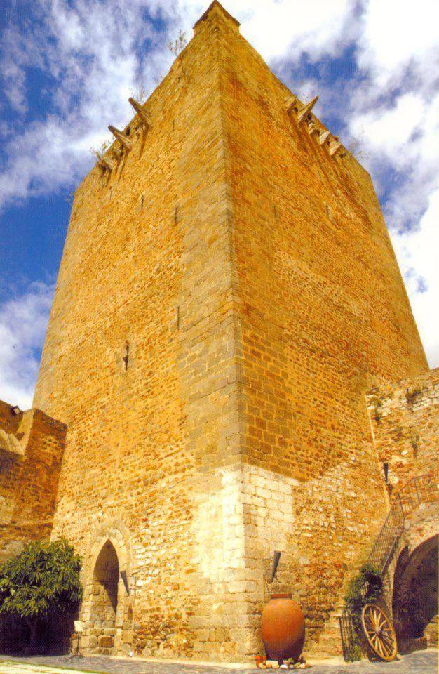 La magnífica Torre del Homenaje fotografiada por nuestro amigo Nicolas Olivera. Y junto a ella uno de los mejores museos etnográficos de Extremadura.