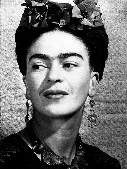 Frida Kahlo es la pintora latinoamericana más famosa del siglo XX y figura fundamental del arte mexicano. Conoció a Pablo Picasso y André Bretón; fue amiga del revolucionario ruso León Trotsky y del poeta Pablo Neruda. Su casa recibió a escritores, artistas, directores de cine, médicos, políticos, fotógrafos. Diego Rivera, el artista más reconocido del muralismo mexicano y esposo de Frida.