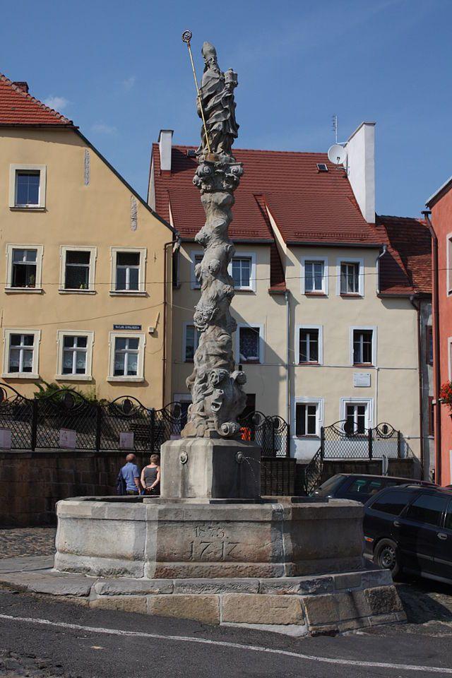 Lubomierz -  Rynek Fontanna z figurą św. Maternusa