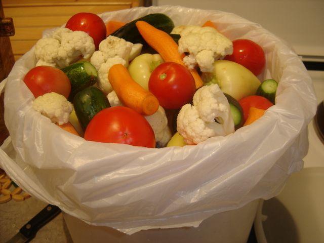 Jos jedan recept za lak nacin ukiseljenja povrca. Povrce koje je potrebno su: paradajez, paprika, karfiol, sargarepa i krastavci. Recept se tako naziva jer za ovo je potrebno po 2 kg od gore navedenih povrca. Presol je od vode i morske soli, nema nikakvih konzervansa. Da da bez konzervansa!