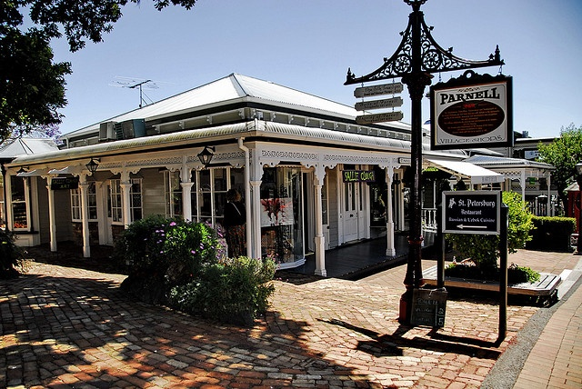 Parnell Village is a popular tourist stop. The beautifully maintained colonial style properties house art and craft shops, while further down the road in more modern real estate are some of Auckland's finest restaurants.