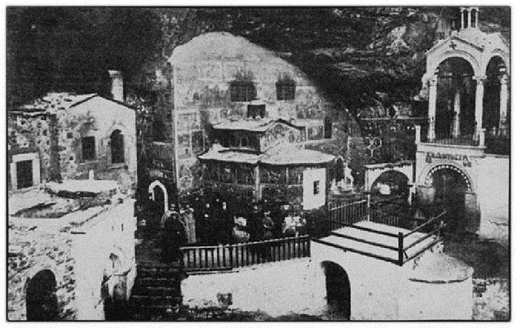 Ο περίβολος της Μονής Παναγίας Σουμελά, το 1902. Διακρίνεται το ιερό του ναού πριν από την Καταστροφή.-hellinon.net