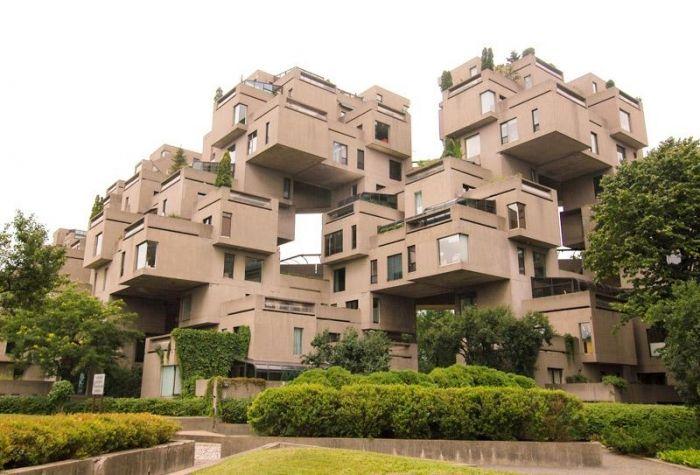 Habitat 67 à Montréal, Québec est un complexe.   Un arrangement de cubes pour chacun des appartements.  The architect Moshe Safdie created it as a main attraction for Expo 67, when it was officially exposed!
