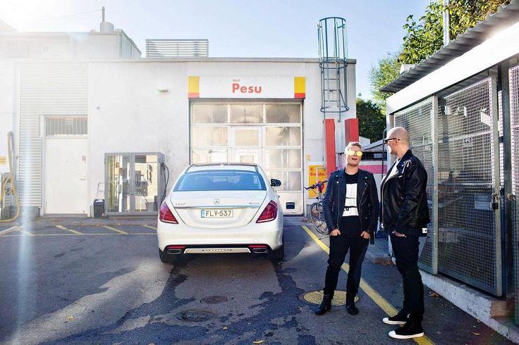 Jare Tiihonen ja Tomi Sipikari odottavat ennen keikkaa, että Tiihosen auto pääsee pesuun.