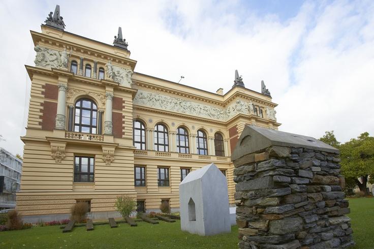 Die Landesgalerie Linz ist das Museum für moderne und zeitgenössische Kunst des Landes Oberösterreich. Sie vermittelt die neuesten Kunsttendenzen und integriert sie in die Kunstgeschichte des 20. Jahrhunderts. Langfristig werden Konzepte zur Verschränkung von regionaler, nationaler und internationaler Kunstproduktion etabliert. Einen Schwerpunkt setzt die Landesgalerie Linz dabei im Bereich Fotografie und ist das international best vernetzte Museum für Fotografie in Österreich.