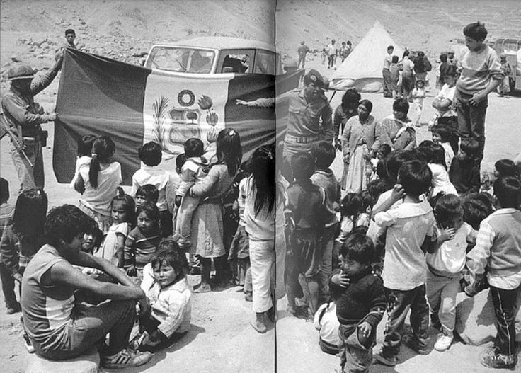 Lima en los 90. Soldados enseñan los simbolos patrios a niños del asentamiento humano Huaycán.
