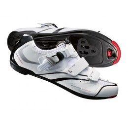 Las Zapatillas Shimano R088 son unas zapatillas completas, perfectas para uso en cicloturismo y ciclismo de ocio recreativo. Constituyen un modelo versatil que combina calidad y estilo, a un precio atractivo.  Las Zapatillas Shimano R088 son un modelo resistente, duradero y transpirable compatible con calas SPD y SPD-SL. Estas zapatillas permiten la perfecta conexión entre el pedal y la cala proporcionando una transferencia de la potencia más eficaz durante el pedaleo. En #bikepolis por…