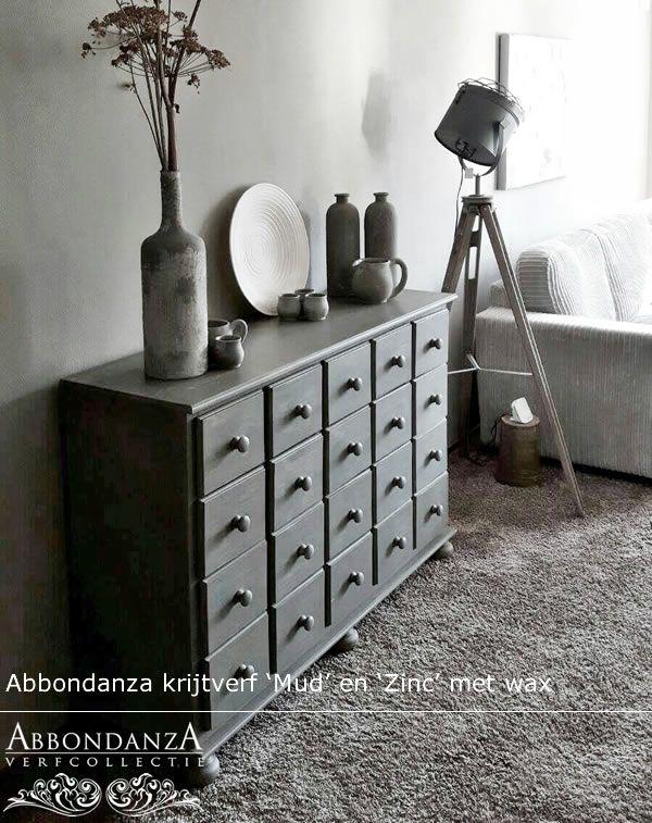 Ladekastje bewerkt met twee kleuren Abbondanza krijtverf; Mud en Zinc. Doorgeschuurd en afgewerkt met wax.