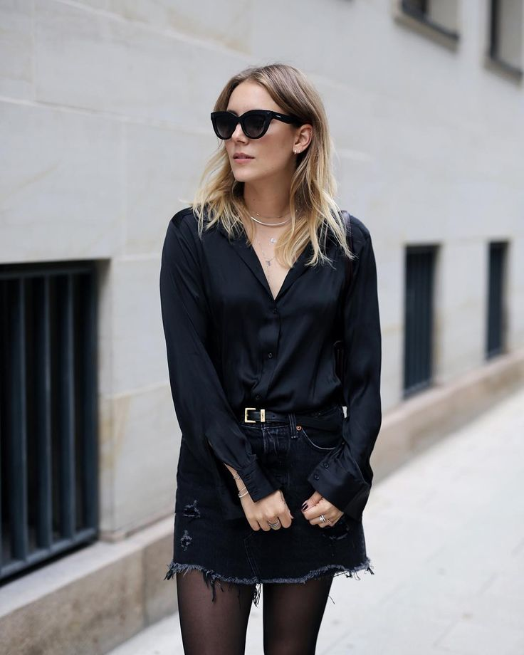 All Black: Levis Jeansrock, oversized Bluse, YSL Gürtel, Valentino Sonnenbrille