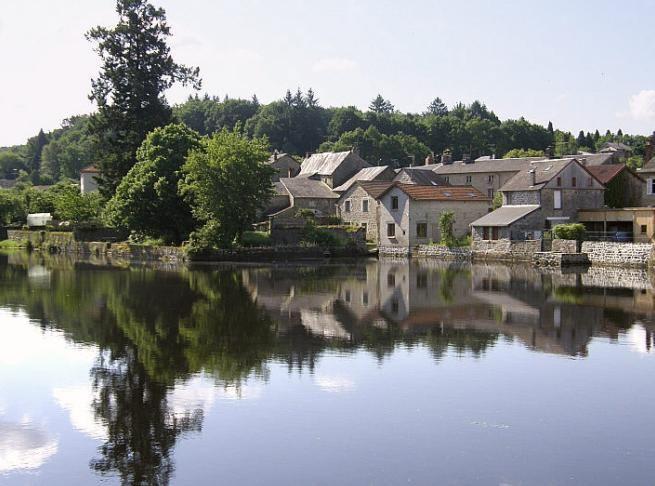 Le Portail de Chambres d'Hôtes, Gîtes & Meublés de Tourisme http://www.trouverunechambredhote.com vous fait découvrir les Villages de France et d'Outre-mer ainsi que les hébergements à l'alentour.  Aujourd'hui c'est  le  Village de PEYRAT LE CHÂTEAU dans la HAUTE-VIENNE.  PEYRAT LE CHÂTEAU est situé à 55 kilomètres au sud-est de Limoges,