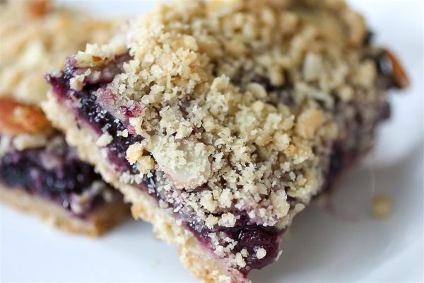 These blueberry crumb bars are packed full of fruity flavor and topped with a crumbly oat and almond topping. Super simple to make and totally delicious in every single way.