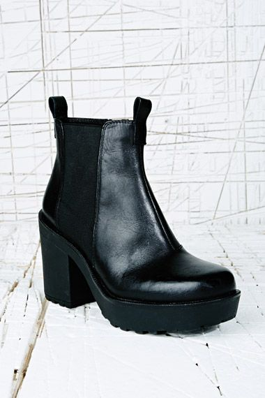 Vagabond Libby Leather Chelsea Boots in Black at Urban Outfitters