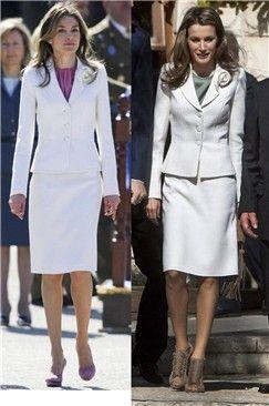Doña Letizia repite su famoso traje de falda y chaqueta blanco con flor justo un año después (10 de abril 2010). La Princesa de Asturias, de visita oficial en Israel (11 abril 2011), ha combiando el conjunto con una camisa verde, unas sandalias de ante de tacón y bolso a juego con flecos.