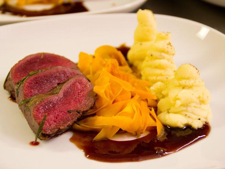 Renfilé med hjortronsås, vitvinskokta morötter och pommes duchesse | Recept.nu