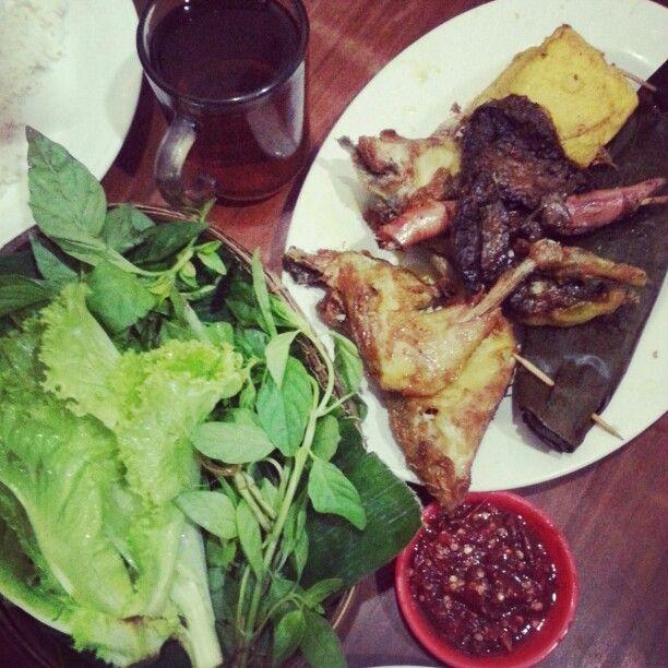 Pepes peda, ayam kuning, paru + lalapan + sambal.