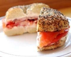 Bagels au saumon et crème de tomates : http://www.cuisineaz.com/recettes/bagels-au-saumon-et-creme-de-tomates-60593.aspx