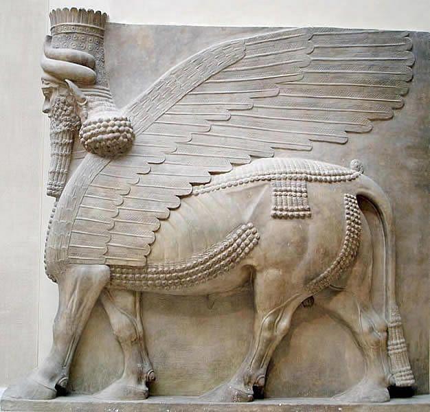 W 713 r. Sargon II rozpoczął budowę stolicy i pałacu Dur-Szarrukin (obecnie Chorsabad). Do miasta na planie prostokąta o wymiarach 1650 x 1750 m prowadziło siedem brak strzeżonych przez lamassu - posągi wyobrażające skrzydlate byki o ludzkich głowach.