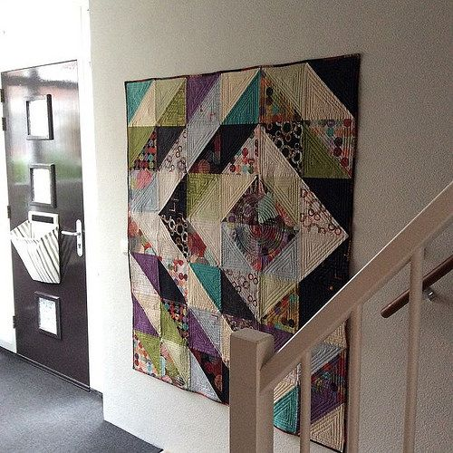 I tend to change the quilts hanging in my entrance quite often, depending on my mood or the light in the room. It's now time for this big value quilt made with Zen Chic fabrics. Made in March 2012 for my husband. 63x53 inches (162x135cm)