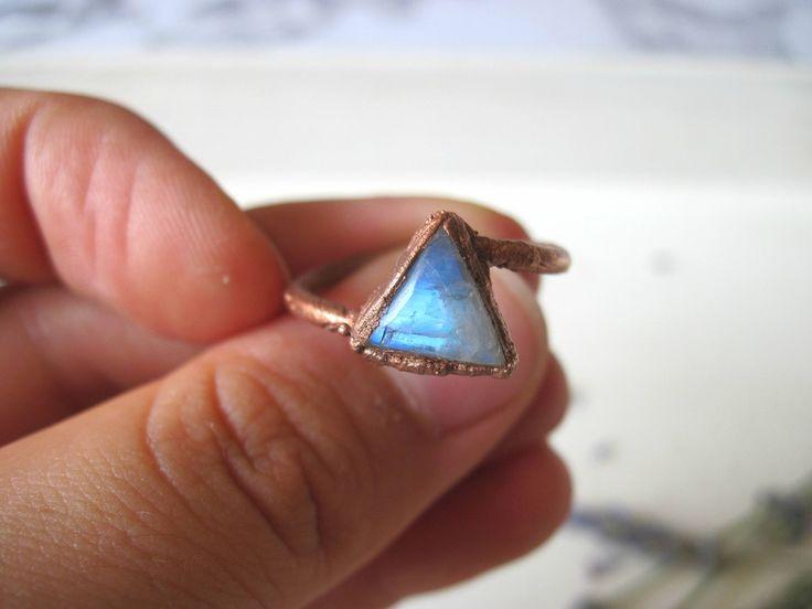 Anello triangolo pietra di luna boho misura 14,5 - rame elettroformato - gioielli bohemian hippie stile rustico - gypsy moonstone new age di Loonharija su Etsy