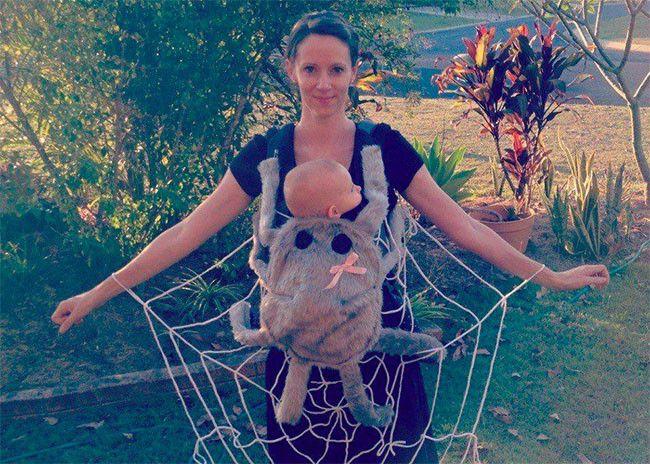 Disfraz de araña para llevar al bebé en portabebés en Halloween