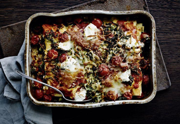 Denne lasagne med chorizo, kål og ricotta er nem at lave, smager dejligt og er perfekt hverdagsmad, når man har travlt. Få opskriften her!