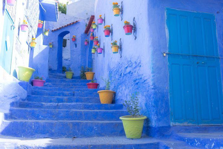 世界にはあらゆる絶景と言える美しい名所がたくさんありますが、今回は中でも「青い絶景」をまとめてみました。自然の中にある青もあれば、建物の青もあります。ちょっと海外は遠くて行けない人は、日本の「青い絶景」を見に行ってみては?