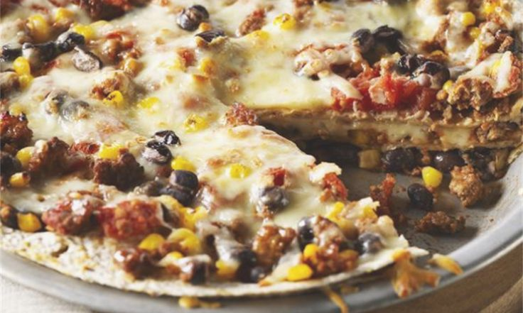 Généreuses tranches de tortilla cuites au four avec du poulet au chili