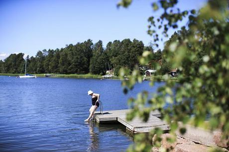 Kauniaisten kaupungin omistamalla Villa Frosteruksen uimarannalla on myös sauna merinäkymällä.