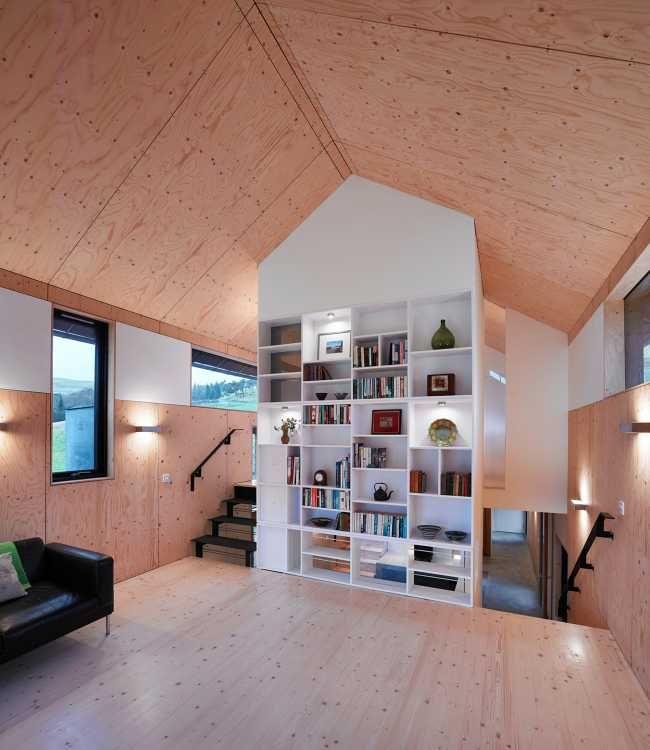Výška zdí umožnila vytvořit v interiéru otevřená meziposchodí, díky kterým se světlo lépe dostává do okolních místností.
