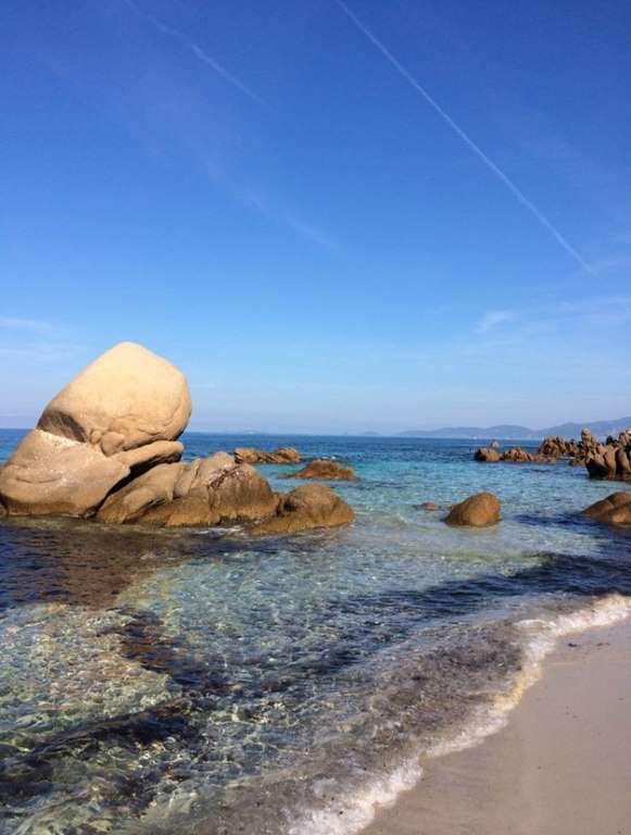 La Corse. La plage d'Argent (Pietrosella). Admirer le coucher du soleil depuis cette plage relève d'une expérience quasiment mystique : les nuances de bleus de la mer et l'argenté du sable reflètent les derniers rayons de la journée. Un spectacle à ne pas manquer.