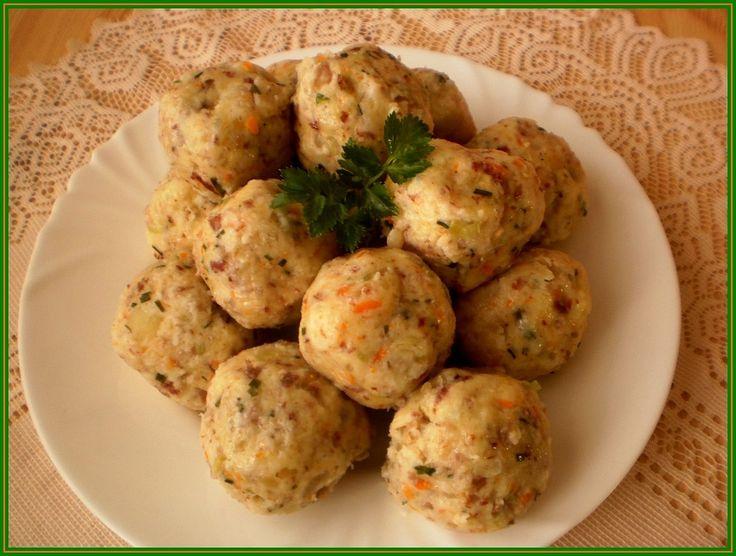 Brambory a mrkev si můžeme uvařit den předem. Pak oloupeme, brambory nastrouháme na jemném slzičkovém a mrkev na hrubém struhadle. Na jemném...