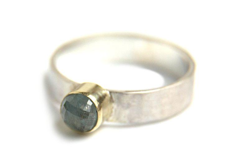 Handgemaakte en fairtrade zilveren ring met hamerslag en saffier in goud