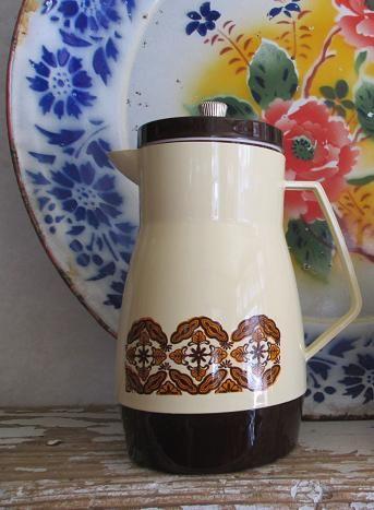 昭和レトロ アイスピッチャー レトロなプリント入りのピッチャー(水差し)  プラスチック製(直径10cm・高さ22cm)  水やお茶を入れておく他に、花瓶やフォークやスプーン差しとして使う  という方法もありますよ。  同じ柄のアイスペールもあります。