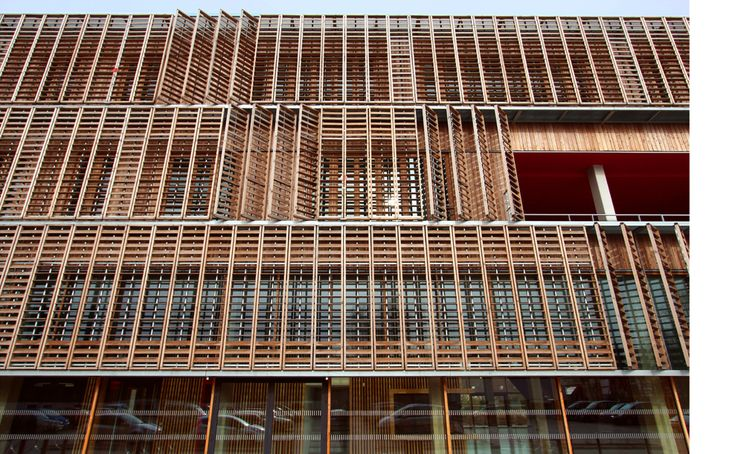 Its façades are clad with wooden panels which provide solar shading, opacities or simple window frames, according to the needs and orientations.