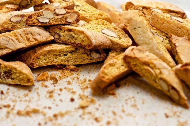 I Cantucci o Biscotti di Prato sono un dolce tipico toscano senza lievito. Scopriamo la storia, le calorie e la ricetta originale!